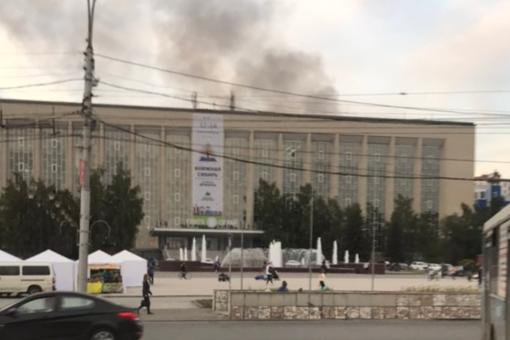 За ГПНТБ загорелось заброшенное здание автостоянки