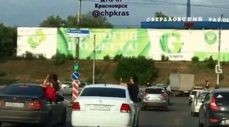 «Отдыхают люди, а остальные — скучные»: молодежь каталась по городу, высунувшись из окна машины