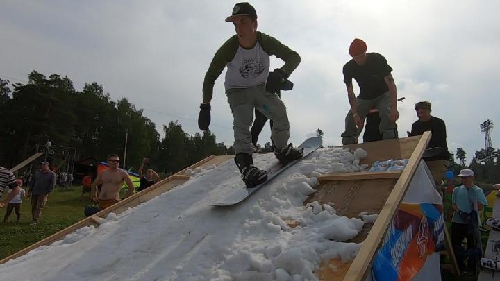 Соскучились по зимним видам спорта: в День города на Уктус привезли шесть «Газелей» снега