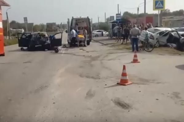 Пожарные, скорая и искореженный автомобиль полностью перекрыли дорогу