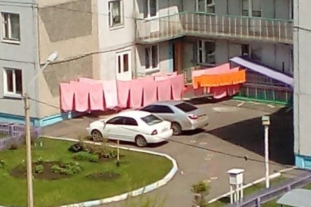 Красноярка возмутилась сушкой постельного белья во дворе детского сада и вызвала споры в соцсетях