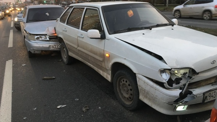 Вчерашняя авария на ВИЗе, в которой столкнулись три автомобиля, попала на видео