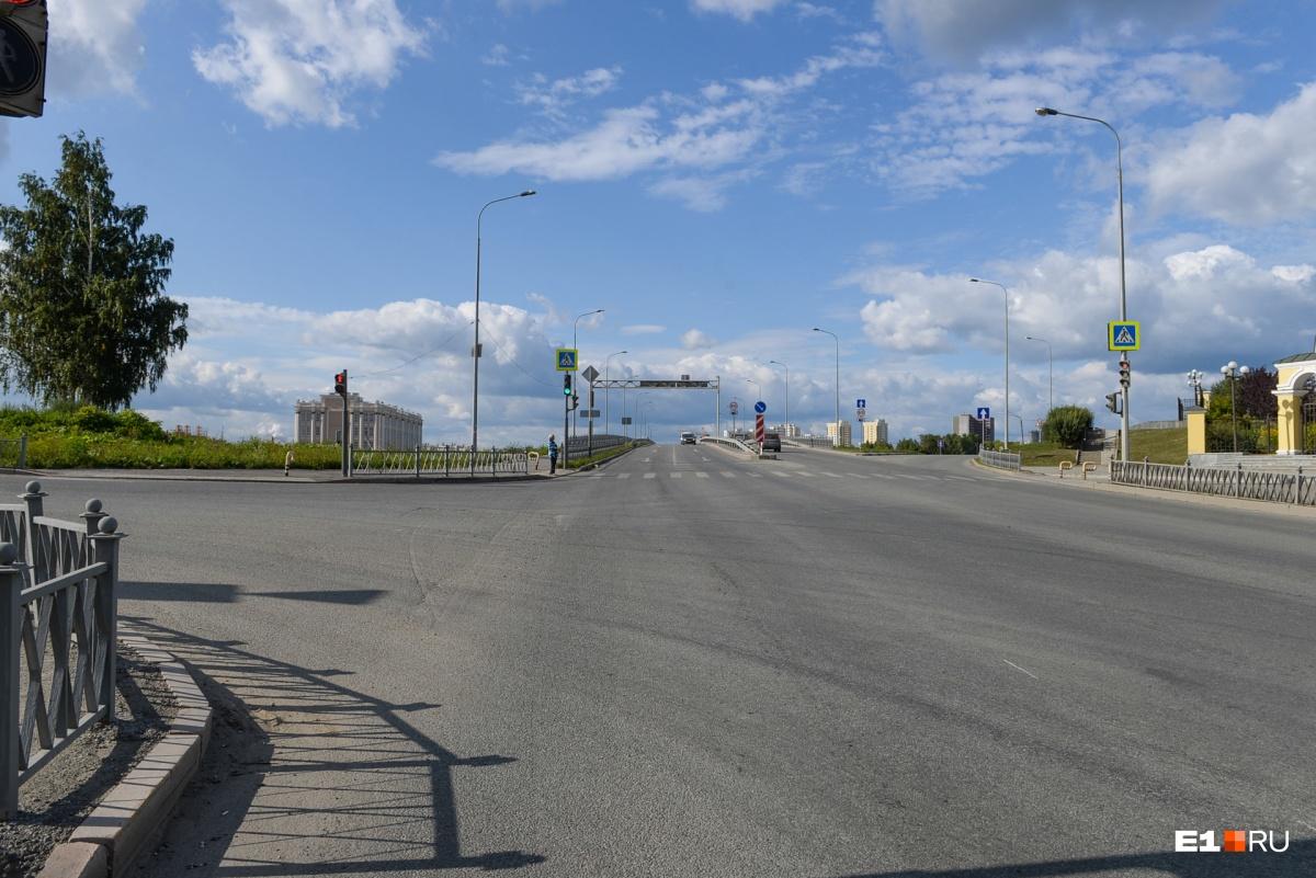 Трамвайная ветка пойдет не по мосту (прямо), а через улицу Обогатителей (влево)