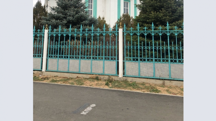 «Это оскорбление верующих людей»: в Волгоградской области территорию возле храма расписали «КПРФ»