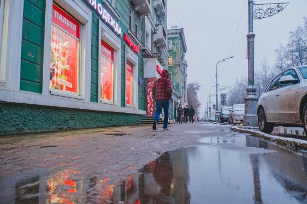 На улицах может быть скользко, поэтому власти рекомендуют ответственно отнестись к выбору обуви