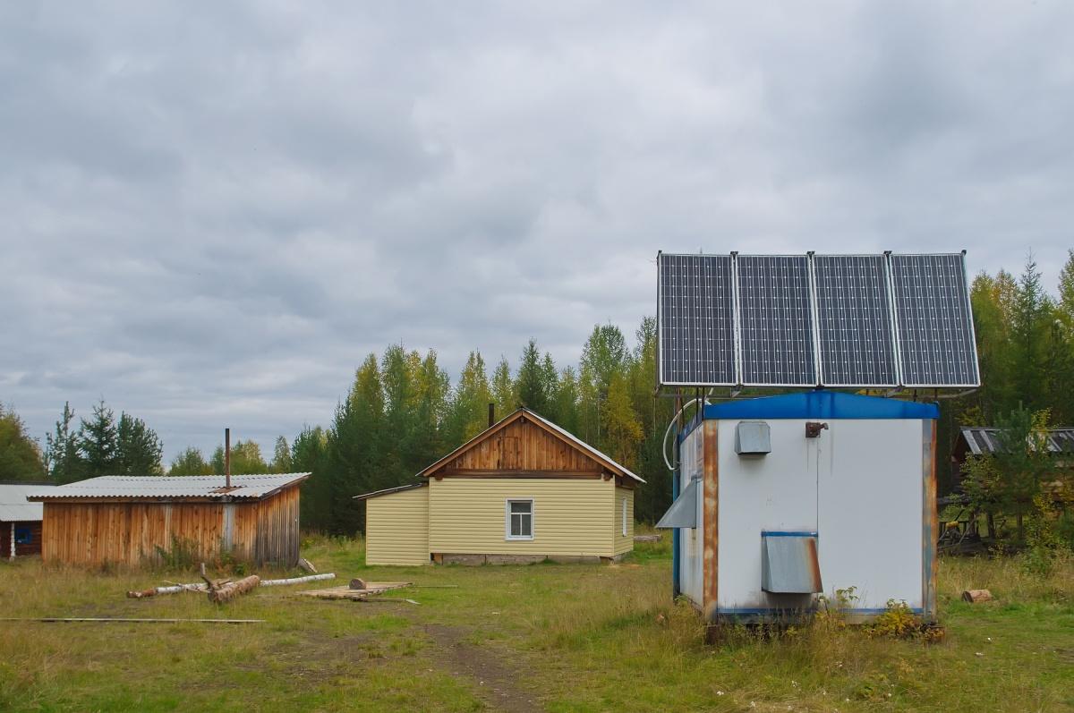 Справа — спутниковый таксофон, слева — дом манси, в этом году их ремонтируют и обшивают сайдингом