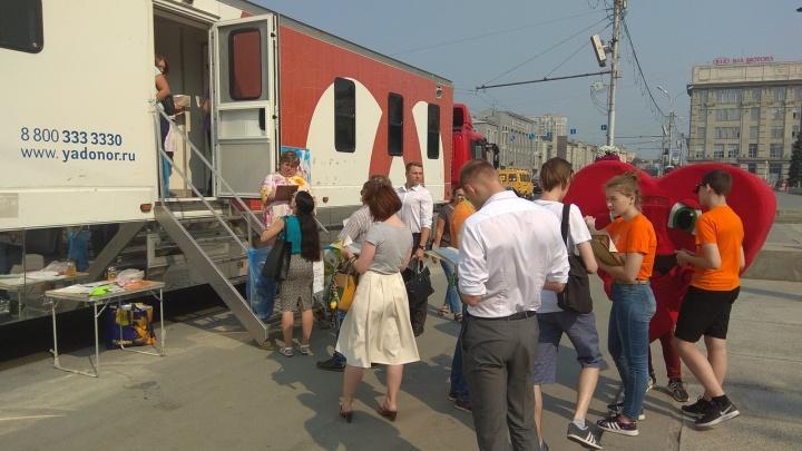 Новосибирцы столпились у фуры на площади Ленина — им дали бесплатное мороженое