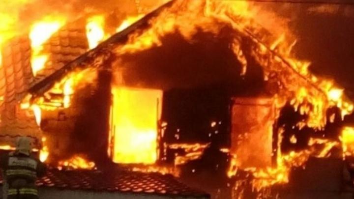 Пламя уничтожило второй этаж: в Самарской области горел коттедж площадью 150 кв. метров