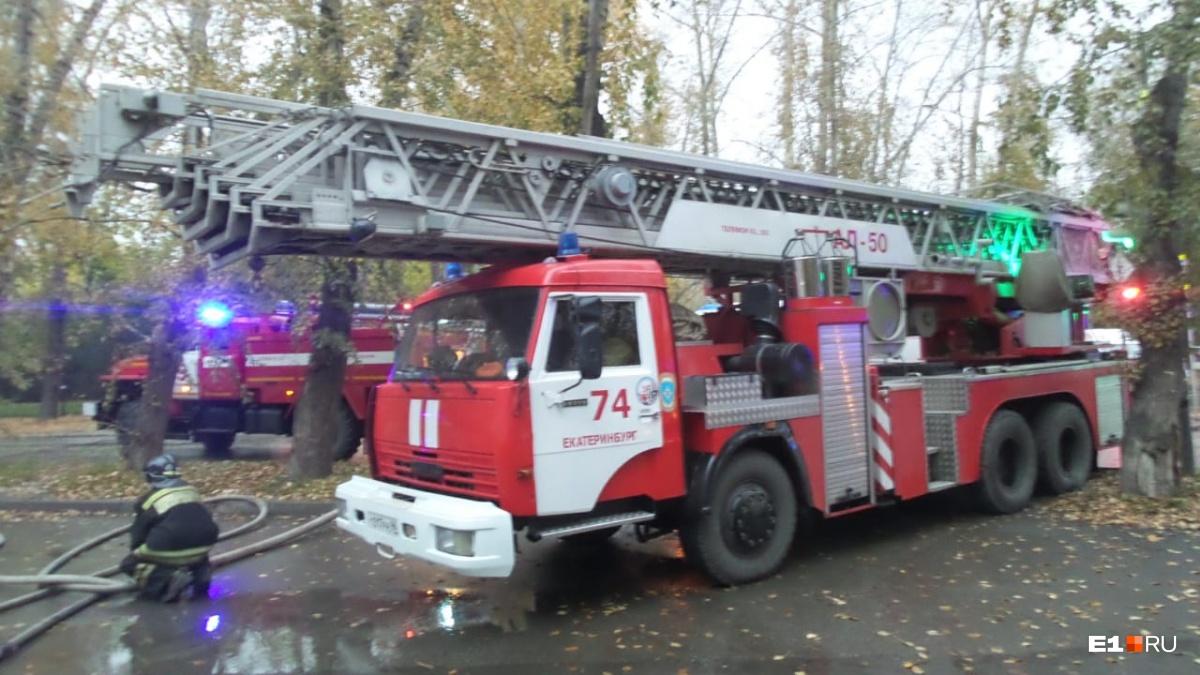 В Кольцово ранним утром вспыхнула крыша магазина