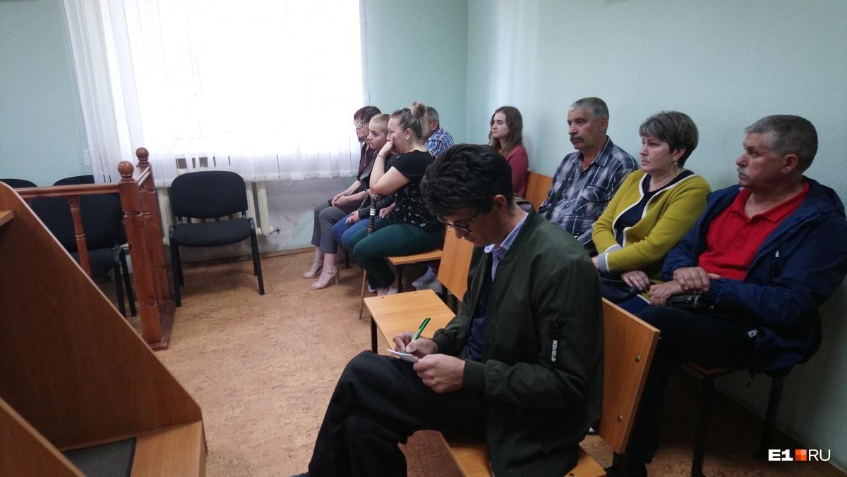 Пока прокурор зачитывал обвинительное заключение, Анна часто плакала, а Иван Казаков что-то конспектировал в блокноте