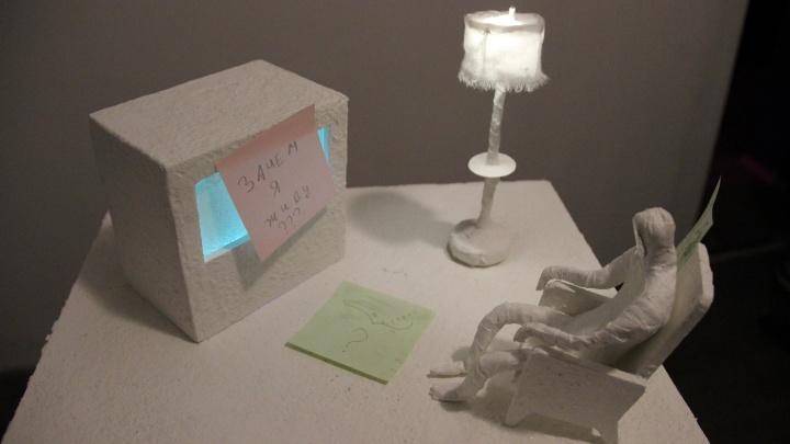 В Новосибирске открыли выставку, где зрители валяются на полу и залезают в кубы с конфетами