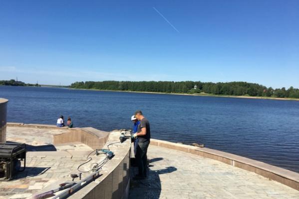 Сейчас рабочие чистят поверхность набережной, на которую положат гранитную плитку