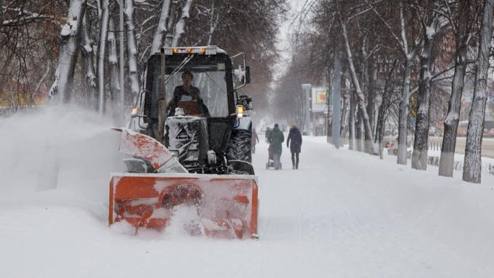 200 машин и 900 дворников борются со снегопадом и гололёдом в Уфе