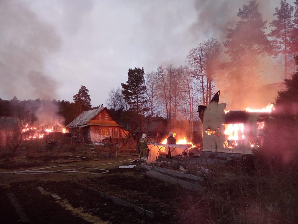 В садах на Чусовском тракте загорелись три дома, находившиеся в сотне метров друг от друга
