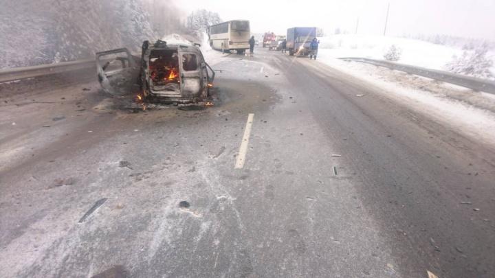 В Прикамье Lada Largus столкнулась с автобусом: два человека погибли