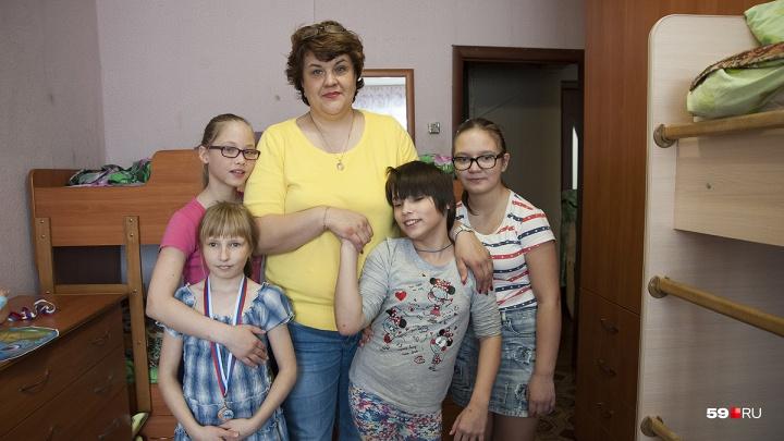 Девичье царство в Лысьве: как мама Елена Гаргаполова воспитывает пятерых приемных дочек