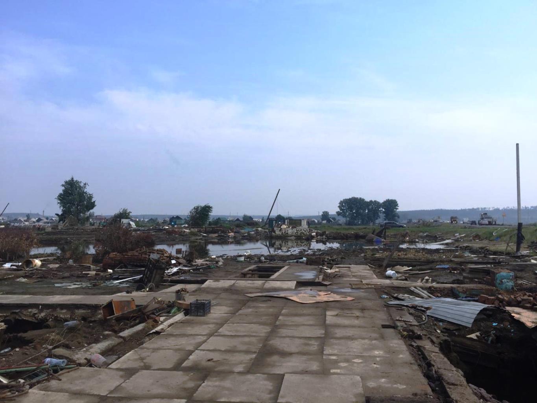 На месте трагедии до сих пор работают сотни спасателей и волонтёров