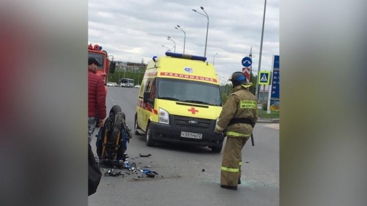 На Республики мотоцикл столкнулся с иномаркой: у байкера подозрения на переломы