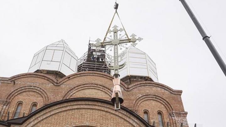 На храме-долгострое в Брагино установили крест на главный купол