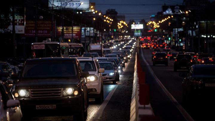 Авария с «Лексусом» и троллейбусом собрала внушительную пробку на Красном проспекте