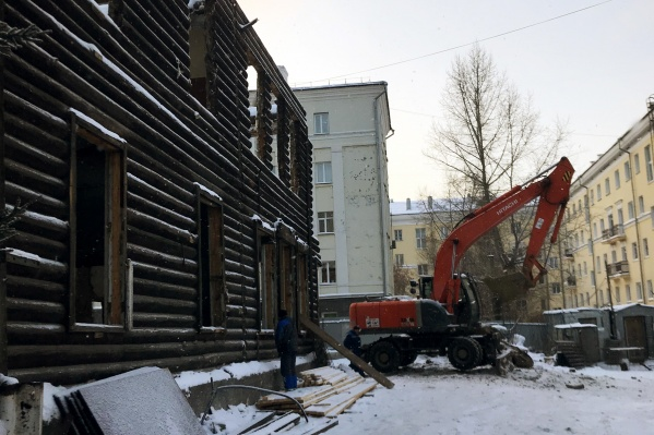 Один вековой дом на Коммунистической уже снесен, второй — полуразобран