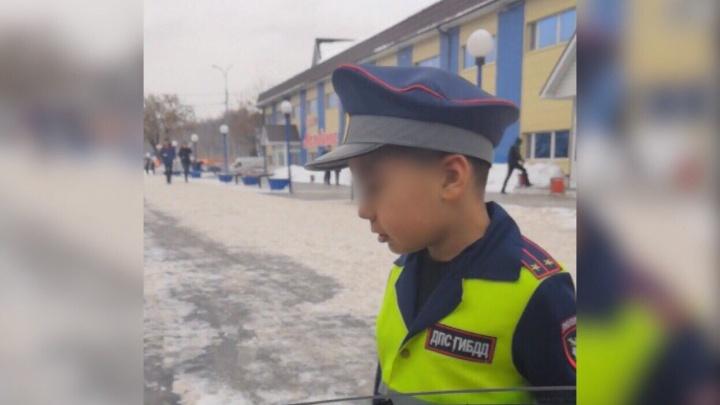Малыш в форме сотрудника ДПС умилил тюменских водителей, но расстроил полицейских