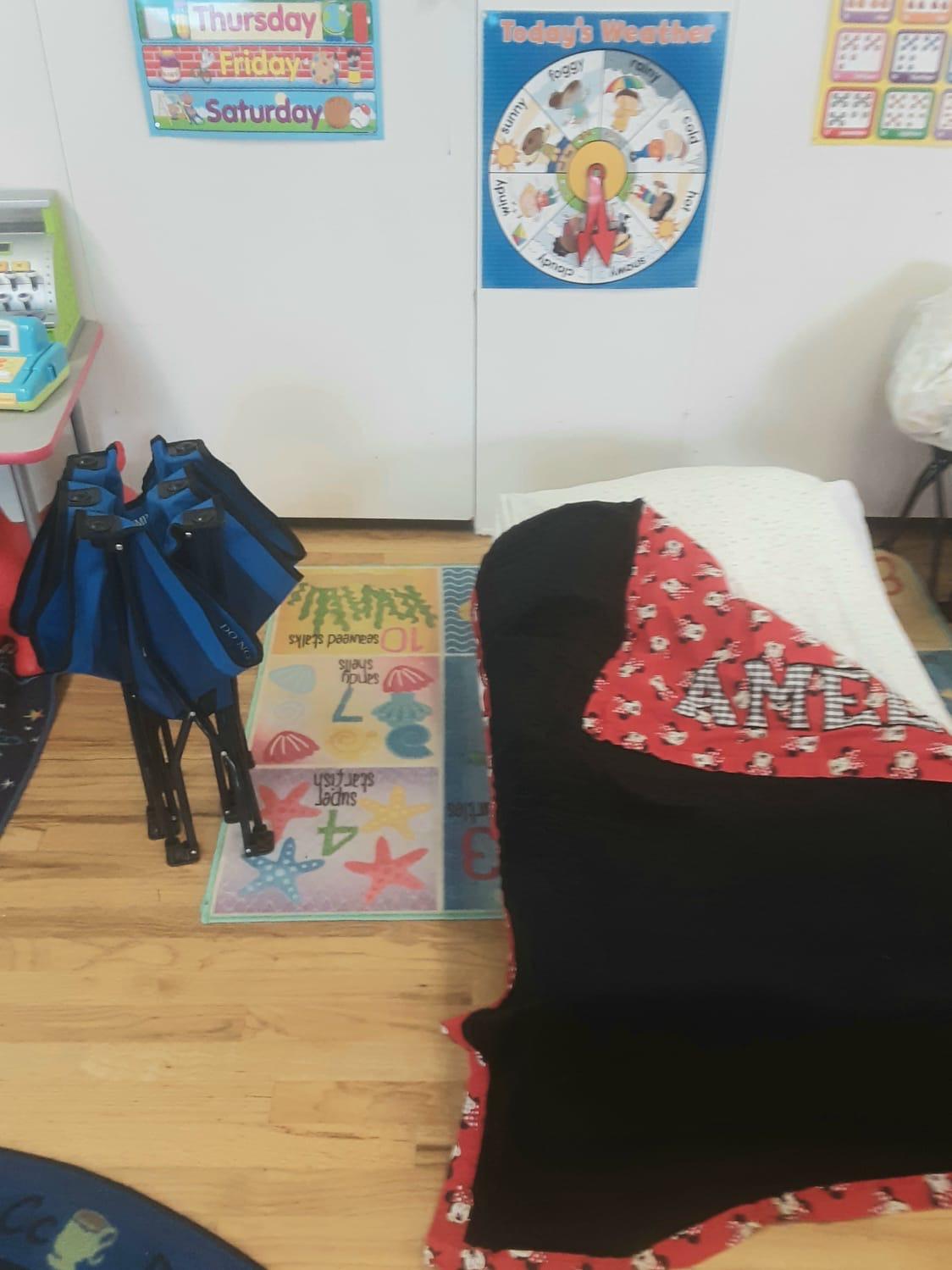 Дети в русскоязычном садике спят на раскладных кроватках. Слева такая кроватка в сложенном виде, а справа — в разобранном