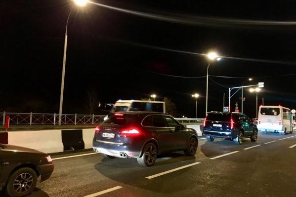 Каждый вечер на Георгия Колонды образуются пробки — виной тому нерегулируемый перекрёсток после пересечения улицы с Окружной