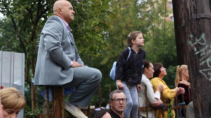 Папа на заборе: как ярославские родители водили первоклашек на линейку. И страшно переживали!