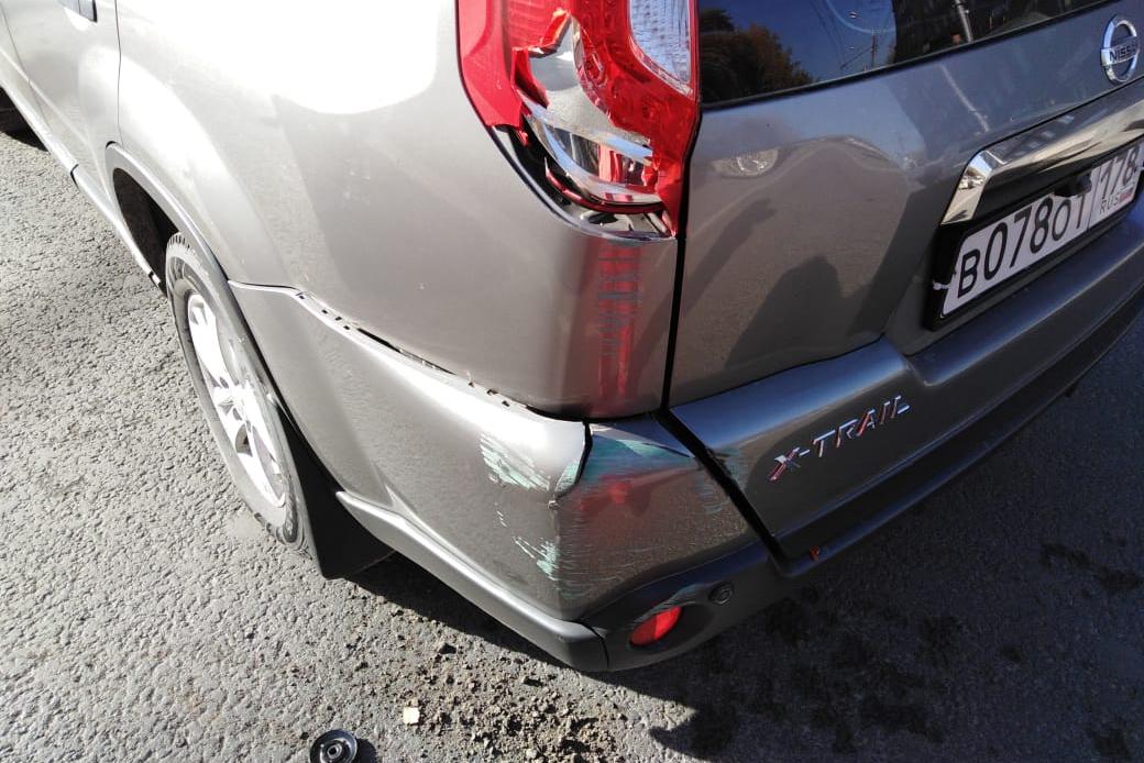 Троллейбус повредил заднюю часть кузова «Ниссана»