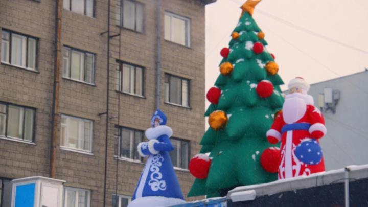 В популярном закутке в центре Новосибирска поставили первую новогоднюю ёлку