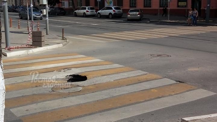 Провальный период: под автомобилем в Ростове просел асфальт
