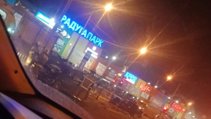 У ТЦ «Радуга-парк» Lada с молодыми парнями влетела в ограждения. Пострадали три человека