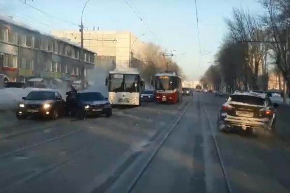 Чтобы объехать участников ДТП, водители сворачивают на трамвайные рельсы