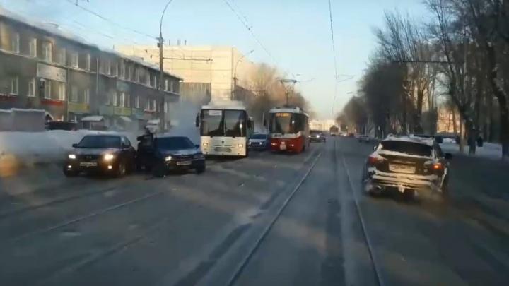 Гигантские пробки сковали улицу Сибиряков-Гвардейцев из-за двух аварий