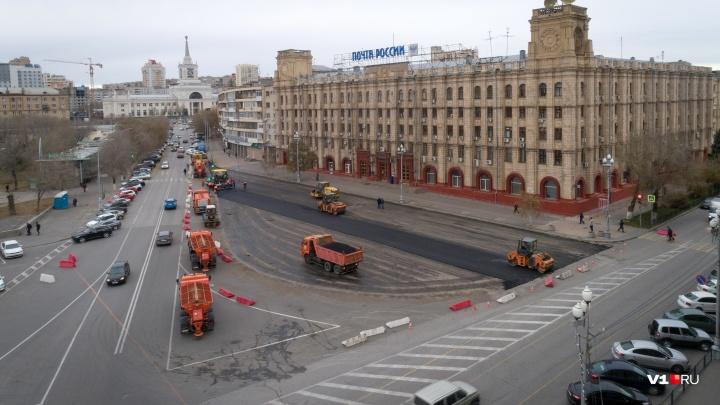 В Волгограде у Главпочтамта обновили асфальт и вновь латают ямы у памятника Александру Невскому