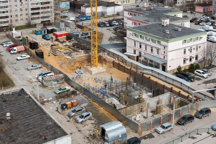 «Свечку» строят во дворе между зданием детского сада (сейчас там офисник) и жилым домом