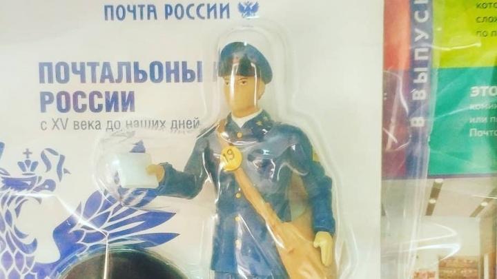 В почтовых отделениях начали продавать кукол почтальонов в форме