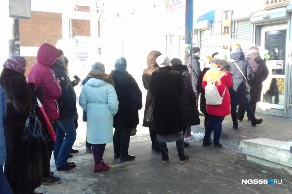 В обеденный перерыв возле киоска около главпочтамта выстроилась длинная очередь