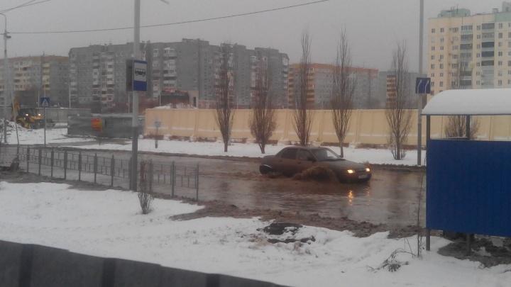 В Омске устраняют ещё один порыв. Теперь на левом берегу