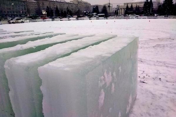 Ледяные блоки на площади Ленина появились днём в среду