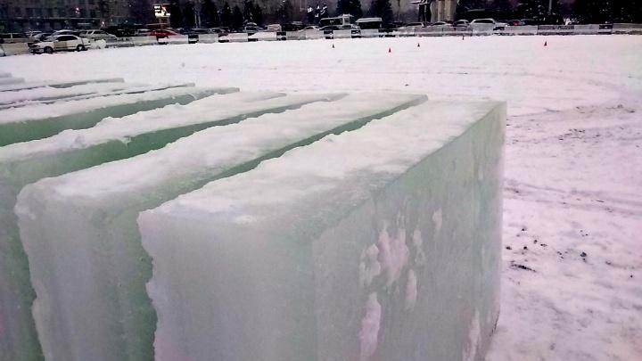 На перекрытой парковке на площади Ленина появились ледяные глыбы