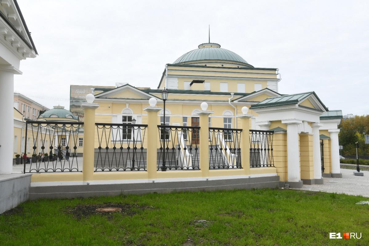 Корпуса ограждены забором, который восстановили по старинному образу (его разрушили в советские годы)