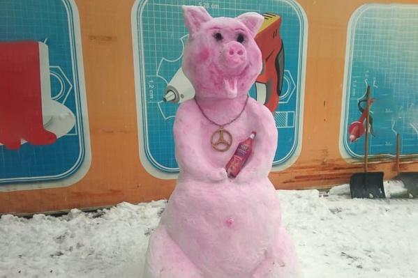 Фигура свиньи с украшениями и бутылочкой спиртного украсила одну из улиц Гуково