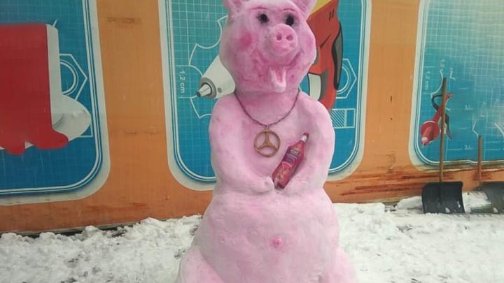 Уличное свинство: в Гуково горожане вылепили из снега символ наступающего года