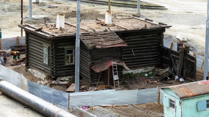 Уже без крыши: на Татищева начали разбирать домик-памятник, мешающий реконструкции главной магистрали