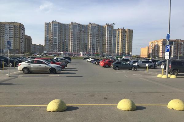 Мужчина, сбивший малышку, уехал с парковки в неизвестном направлении