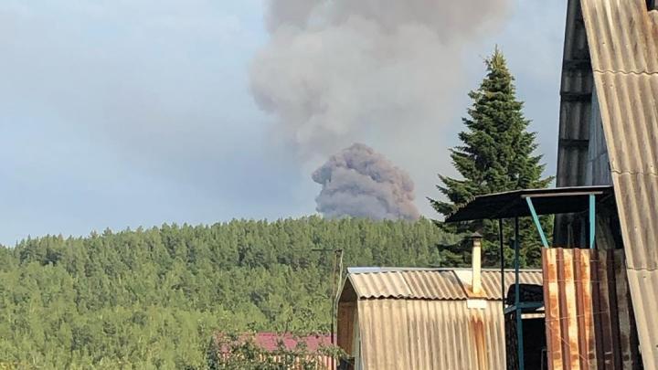 Гриб в небе: пять эпичных видео с взрыва на складе боеприпасов под Ачинском
