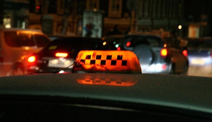 Таксист избил красноярца в машине за отказ платить сверх цены