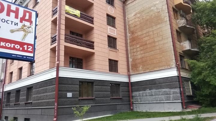 На построенном год назад подъезде повесили табличку «Памятник архитектуры»